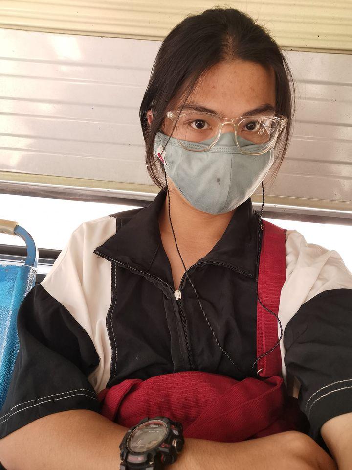 Thanh niên bị nhầm là con gái khi lên xe bus.