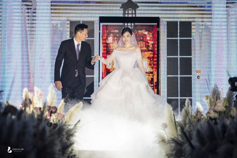 Trong bộ váy cưới lộng lẫy, Á hậu Tường San được bố dắt tay tiến vào bên trong sân khấu.