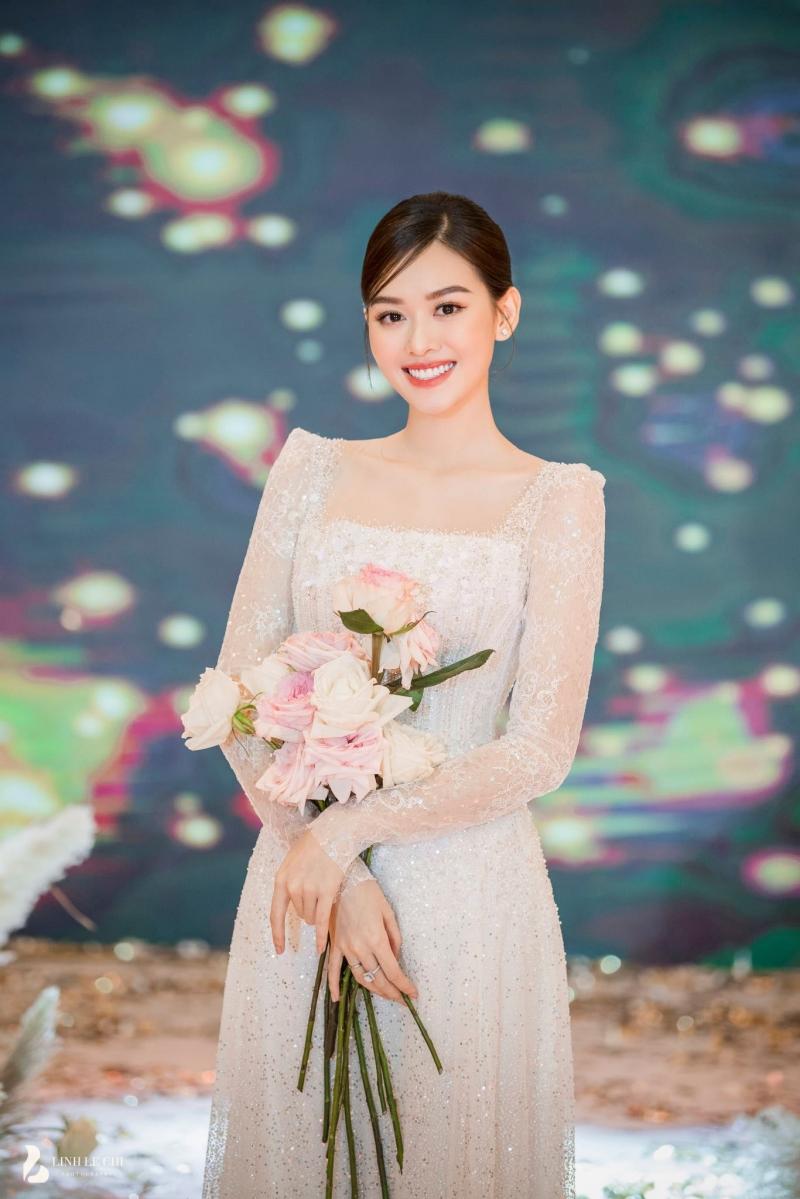 Bình thường Á hậu Tường San đã đẹp, nay cô nàng lại còn ánh lên sự hạnh phúc nhờ tình yêu nên càng rạng rỡ hơn.