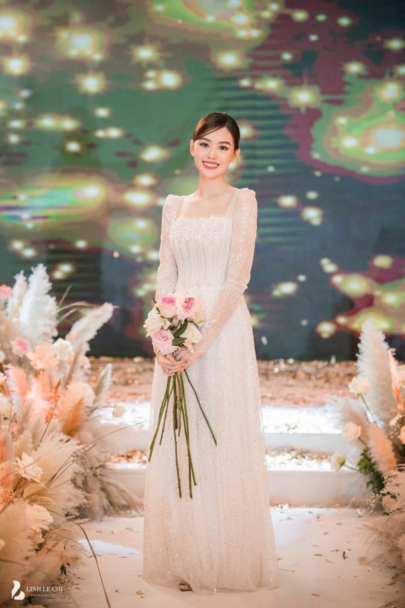 Á hậu 20 tuổi chủ yếu chọn các thiết kế đơn giản nhưng sang trọng, tinh tế làm trang phục cho ngày trọng đại.