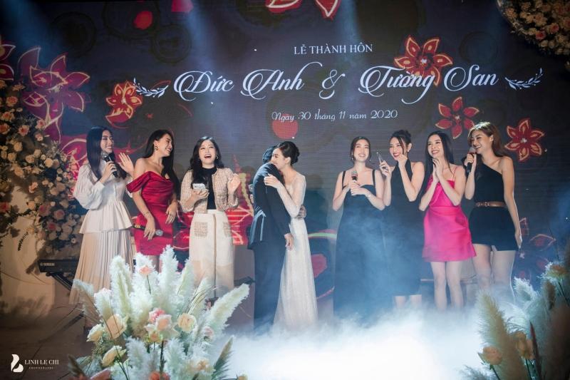 Hội chị em 'bông hậu' xúng xính váy áo đến dự đám cưới, không quên tặng món quà đặc biệt là bài hátCầu hôn'có một không hai'.
