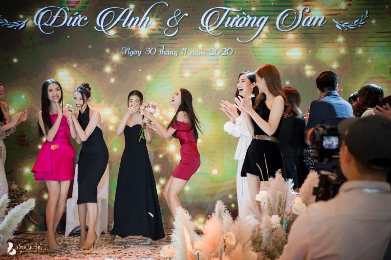 Hoa hậu Tiểu Vy bắt được hoa cưới và 'dúi' vào tay Hoa hậu Đỗ Mỹ Linh.
