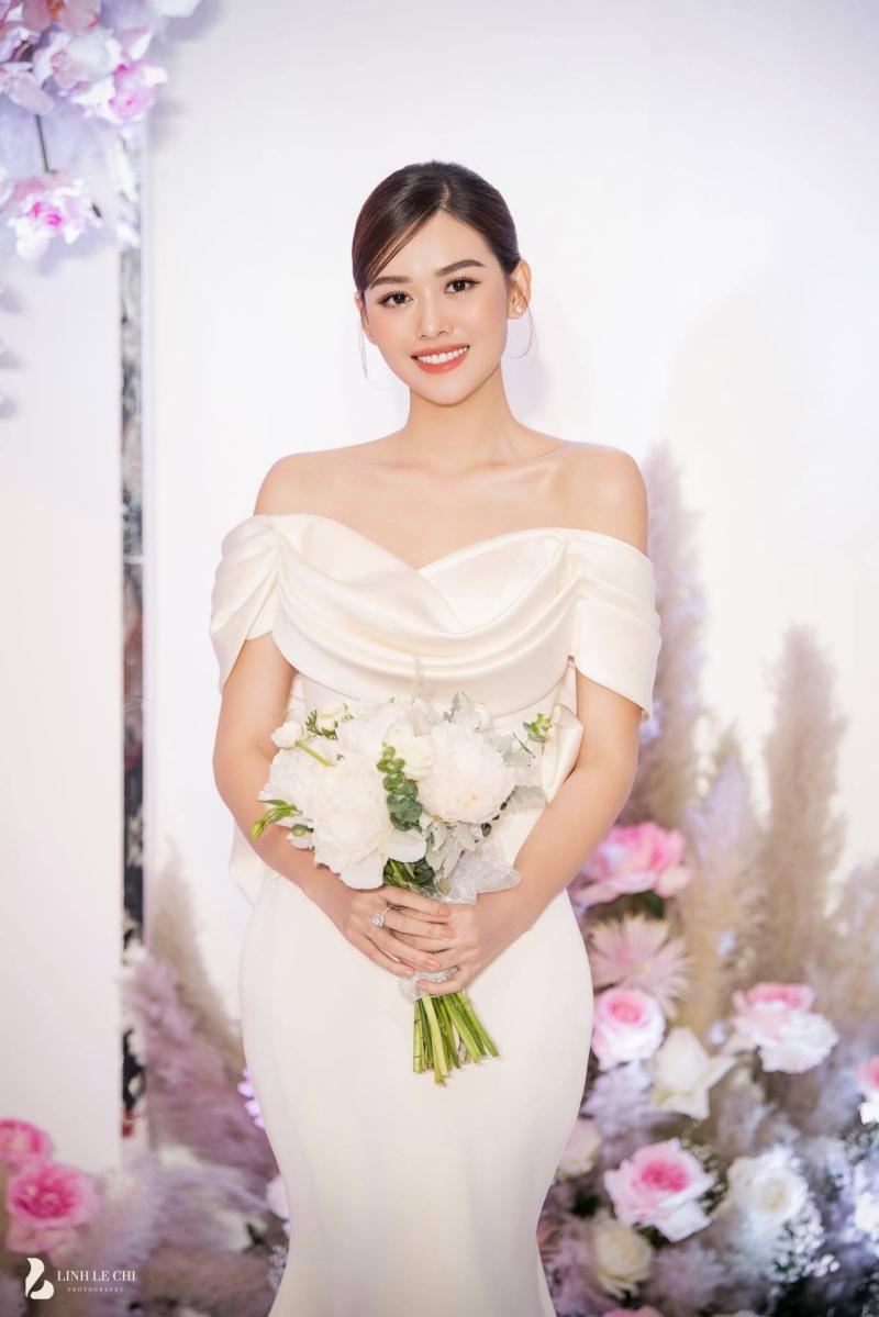 Đến gần tàn tiệc, Tường San lại đổi một chiếc váy khác, thiết kế màu trơn, trễ vai khoe xương quai xanh quyến rũ.