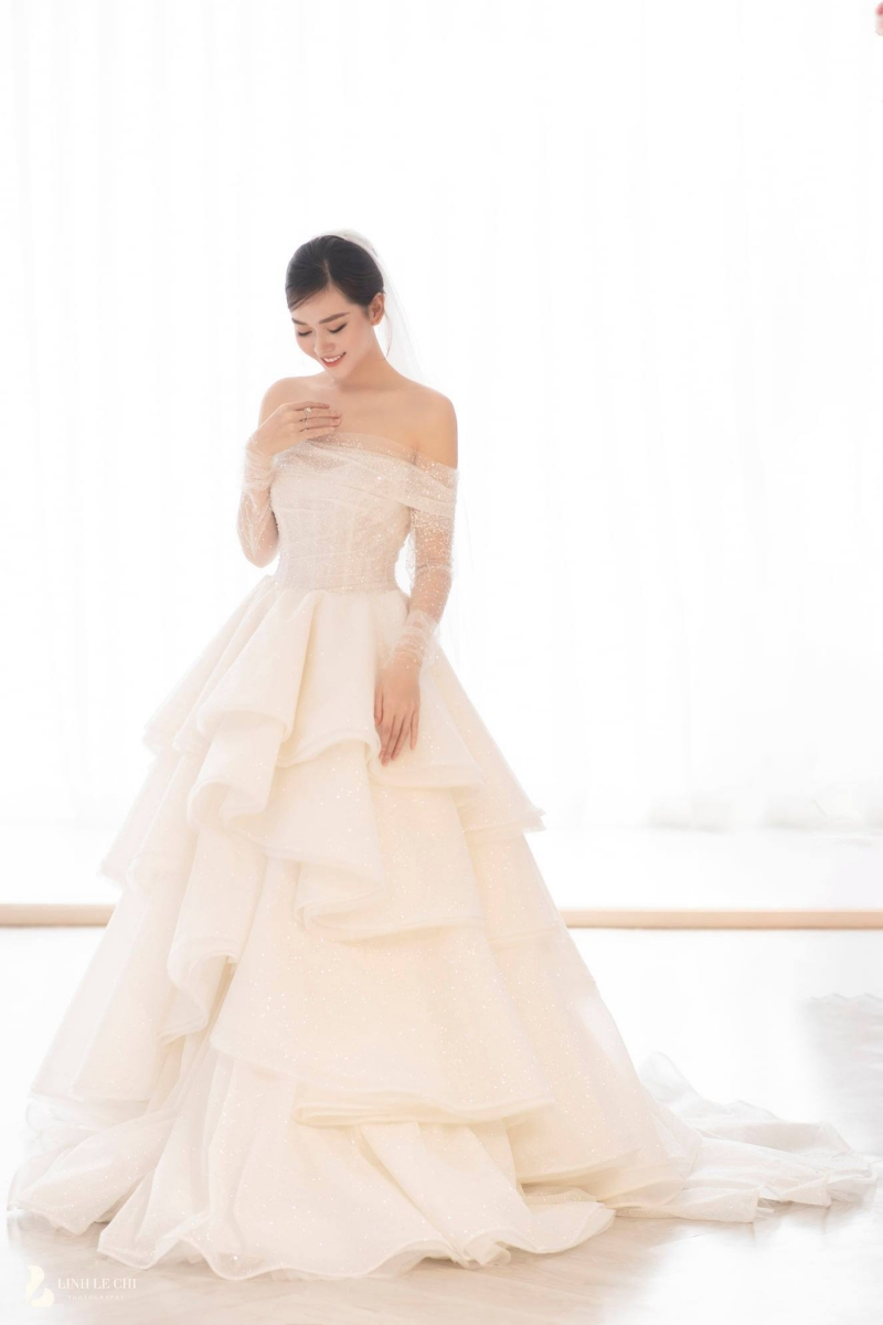 Chiếc váy quan trọng nhất, làm nên sự tỏa sáng của Á hậu Tường San trong ngày trọng đại.