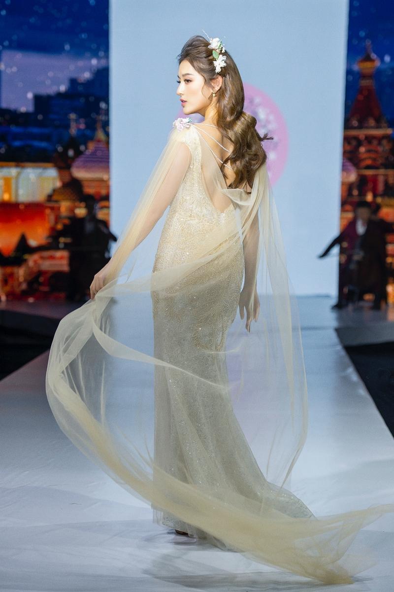 Á hậu Huyền My cùng các người mẫu nhí hóa thân thành những nàng công chúa bước ra từ truyện cổ tích.