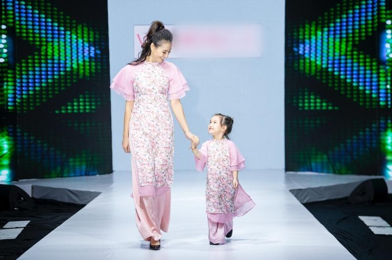 Cặp mẹ con người mẫu – diễn viên Hồng Quế nền nã đảm nhiệm vai trò vedette.