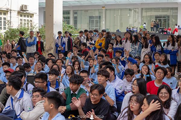 Tlinh cháy hết mình cùng teen Chuyên Sư Phạm Hà Nội trong ngày hội Flashmob Day 10