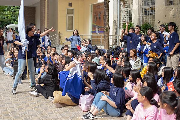 Phía dưới khán đài, các bạn học sinh cổ vũ nhiệt tình cho tiết mục của Zone mình.