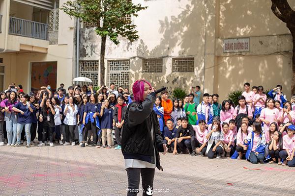 Nữ rapper Tlinh khuấy động sân trường Chuyên Sư Phạm