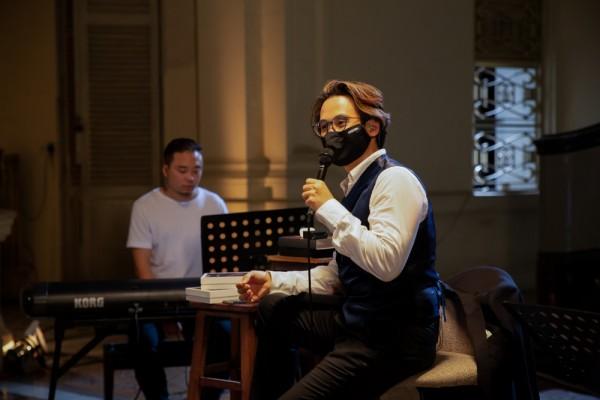 Hà Anh Tuấn livestream hát tặng khán giả, công bố chính thức bán vé concert 'The Veston' 1
