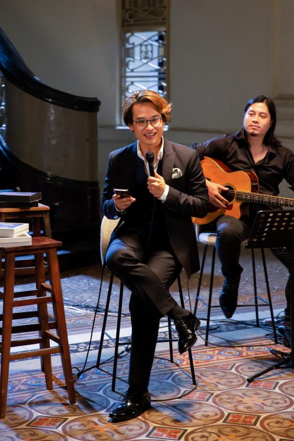 Hà Anh Tuấn livestream hát tặng khán giả, công bố chính thức bán vé concert 'The Veston' 2