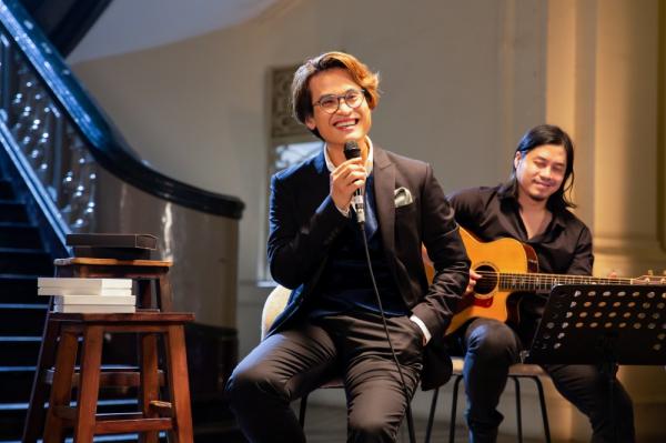 Hà Anh Tuấn livestream hát tặng khán giả, công bố chính thức bán vé concert 'The Veston' 3