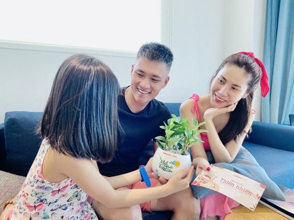 Gia đìnhhạnh phúc của Thủy Tiên luôn được khán giả quan tâm.