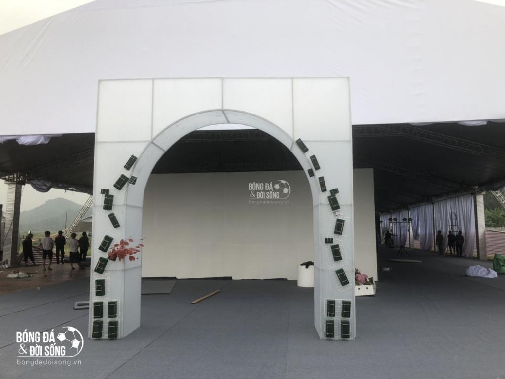 Phía bên ngoài là cổng và background để khách đến dự tiệc check-in