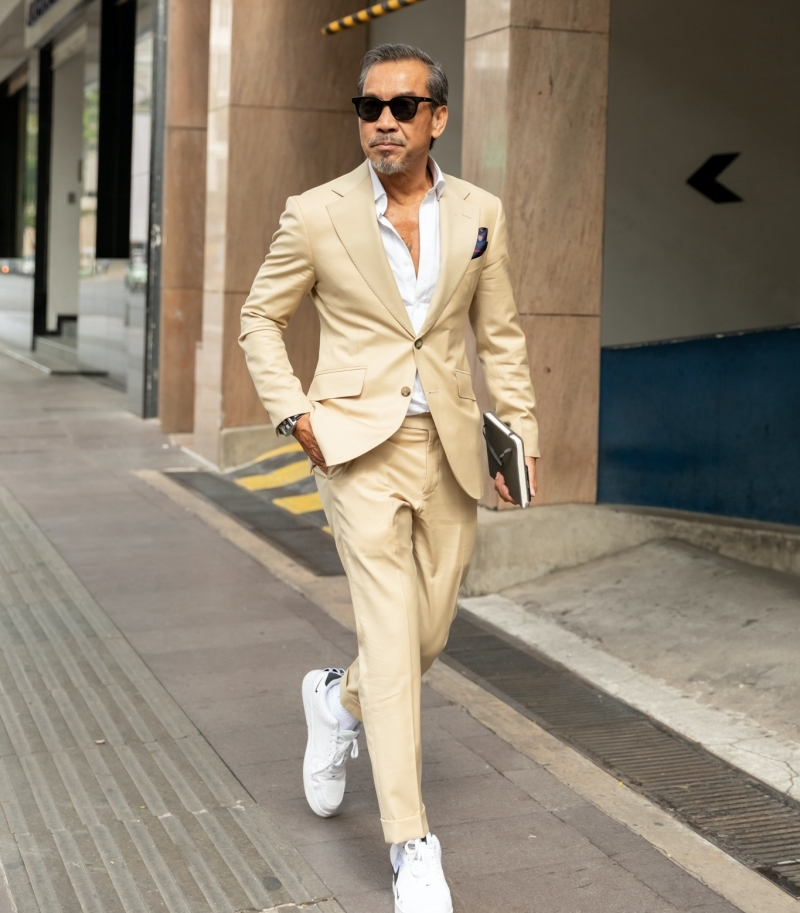Fashionisto đình đám thu hút mọi ống kính báo giới bởi tài 'trẻ hóa' cho trang phục: từ cách phối bộ vest lịch lãm với giày thể thao năng động đến việc lựa chọn phụ kiện đều thể hiện rõ tinh thần 'thách thức tuổi tác' làm nên thương hiệu của mình