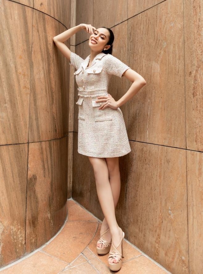 Người đẹp chuyển giới Lương Mỹ Kỳ thu hút mọi ánh nhìn khi chọn cho mình set váy vải tweed đơn giản, nhẹ nhàng nhưng không kém phần thanh lịch và nổi bật