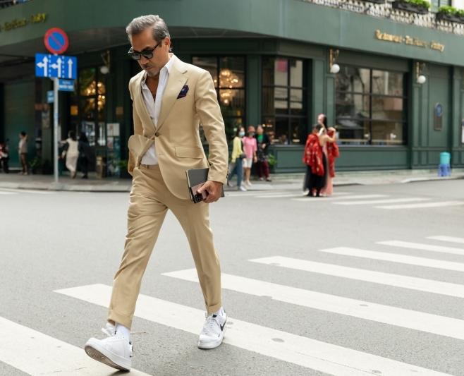 Sự xuất hiện của Giám khảo Fashionisto Thuận Nguyễn đã khiến cho không khí 'sàn diễn đường phố' The Best Street Style 2020 trở nên vô cùng nhộn nhịp