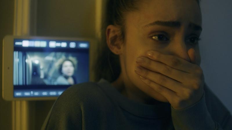 Lia McHugh vào vai Emma, con gái của vợ chồng Griffin, vốn có bệnh lý nền và được mẹ bảo vệ cẩn thận