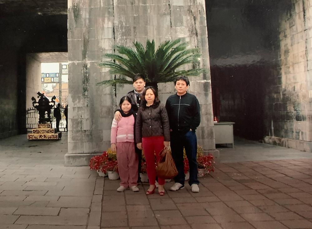 Quỳnh Hoa cùng bố mẹ và anh trai ghé thăm Huế năm 2010