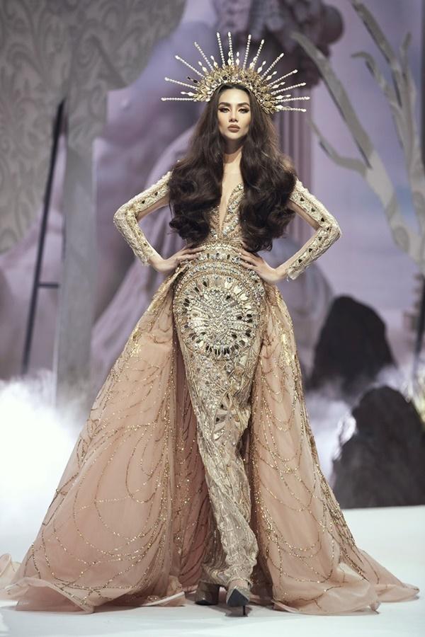 Chưa hết, trong sự kiện Vietnam Runway Fashion Week mới nhất, Võ Hoàng Yến tiếp tục 'ướm' lên người bộ đầm tinh xảo nặng 30kg.