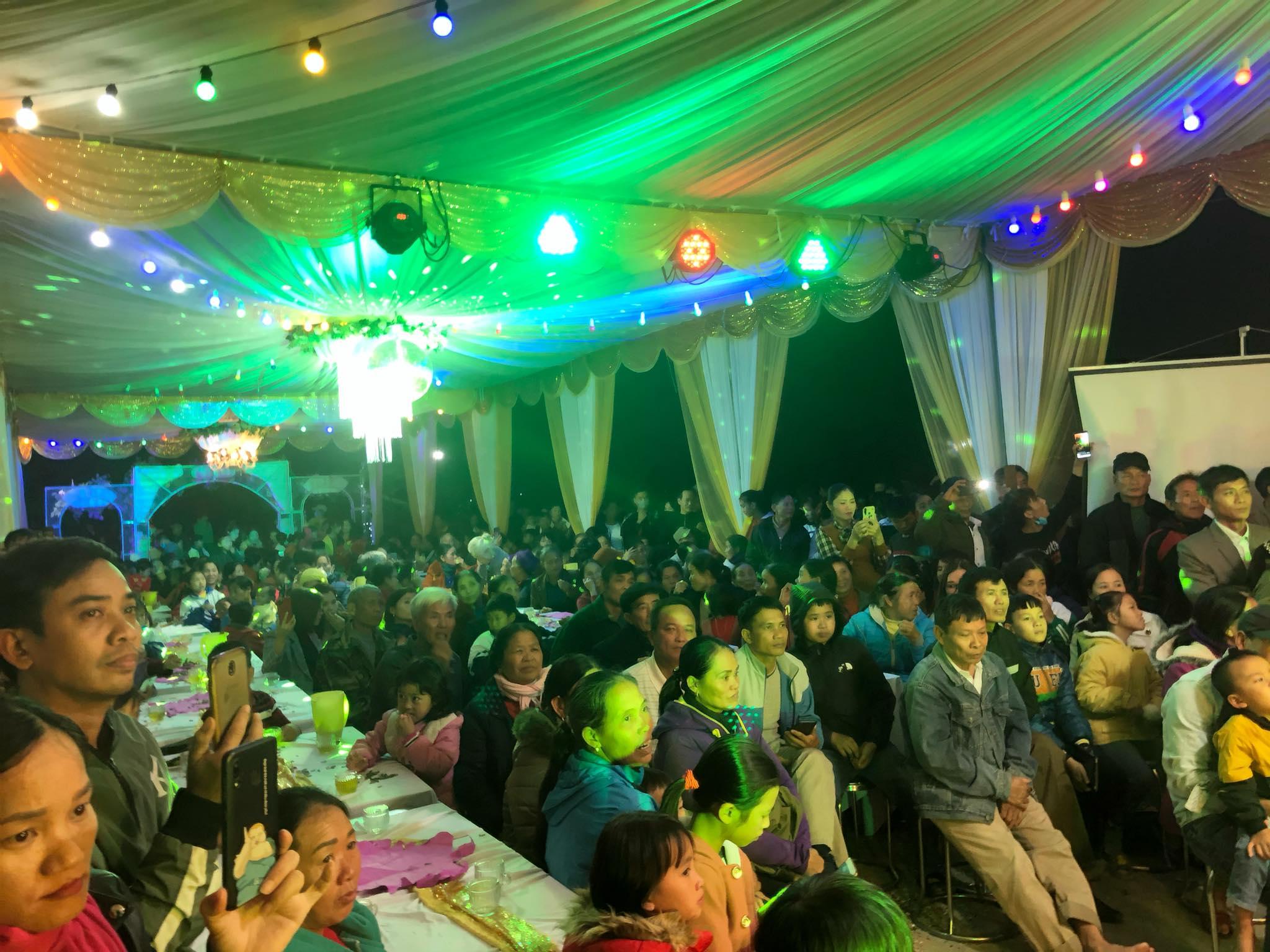 Nhà Công Phượng tối qua đông nghịt người đến tham gia đám vui