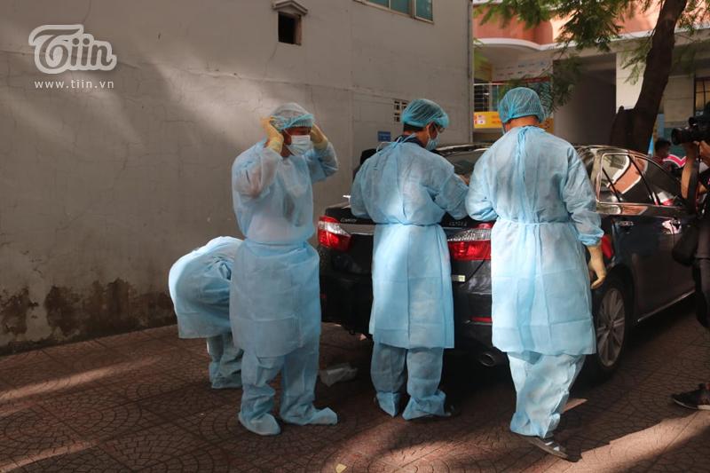 Khoảng 7h30, các cán bộ y tế đã có mặt tại trường để chuẩn bị công tác phun khử khuẩn toàn bộ khuôn viên trường.