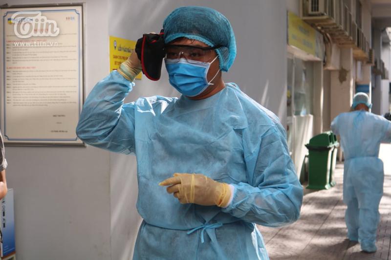 Tất cả cán bộ y tế đều được trang bị đồ bảo hộ cẩn thận trước khi tiến hành công việc.