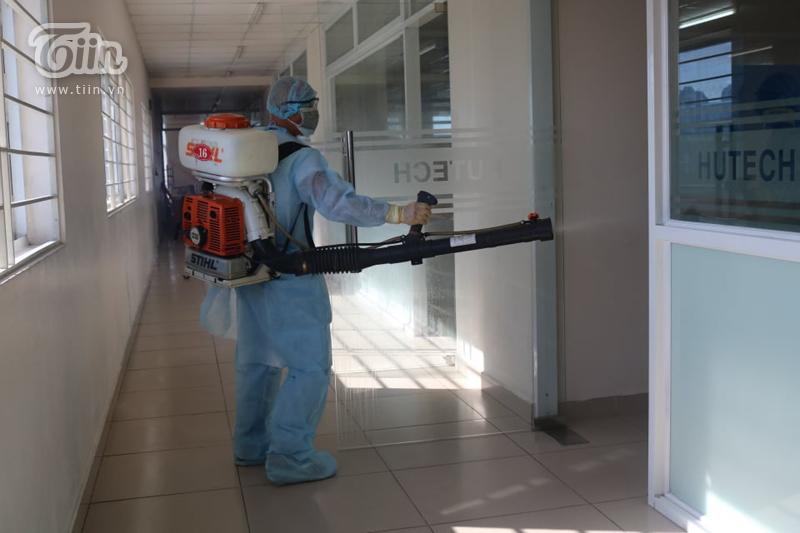 Khu vực hành lang và lớp học tầng 14 là khu vực được tiến hành phun khử trùng đầu tiên.