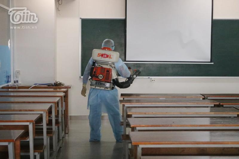 Chùm ảnh: Phun khử khuẩn tại Đại học Hutech - nơi BN 1342 từng đến học trong thời gian cách ly 6