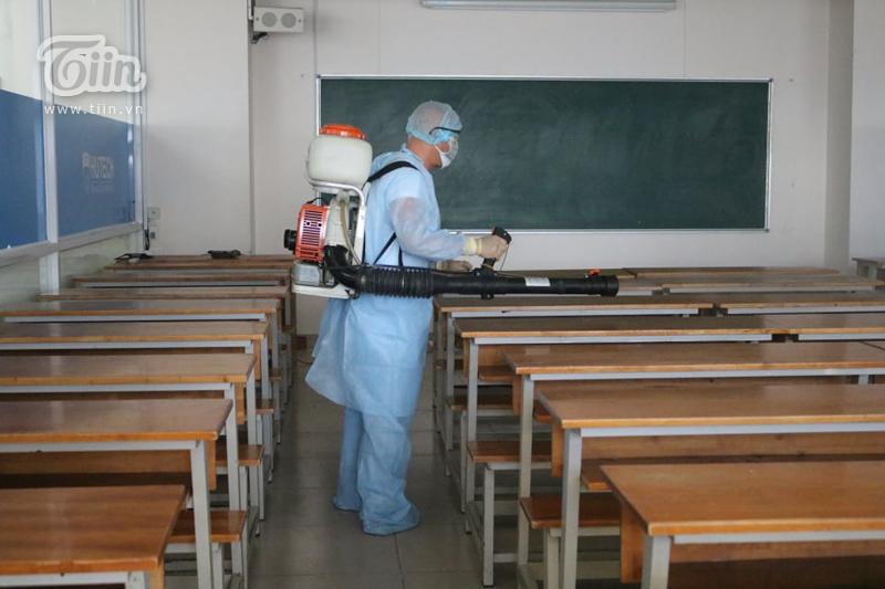 Lớp học cũng đã được dọn dẹp sạch sẽ trước khi được phun khử trùng.