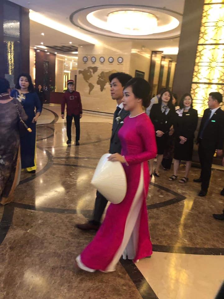 Viên Minh tiếp tục diện một chiếc áo dài đơn giản trong ngày vui của mình