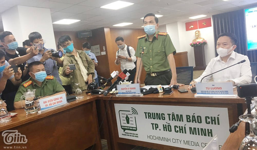 Đại tá Nguyễn Sỹ Quang trả lời báo chí