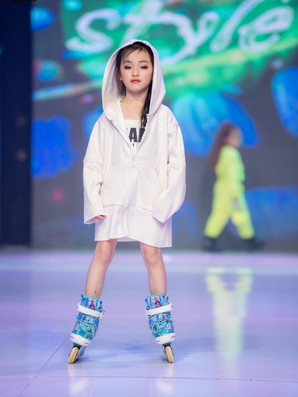 Mẫu nhí Trần Lê Bảo Anhgây ấn tượng khi catwalkvới giày trượt patin 4