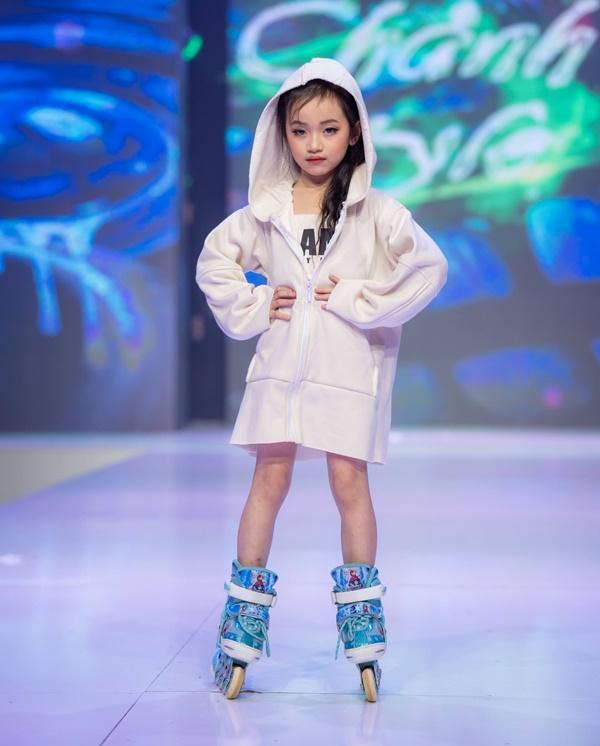 Mẫu nhí Trần Lê Bảo Anhgây ấn tượng khi catwalkvới giày trượt patin 5