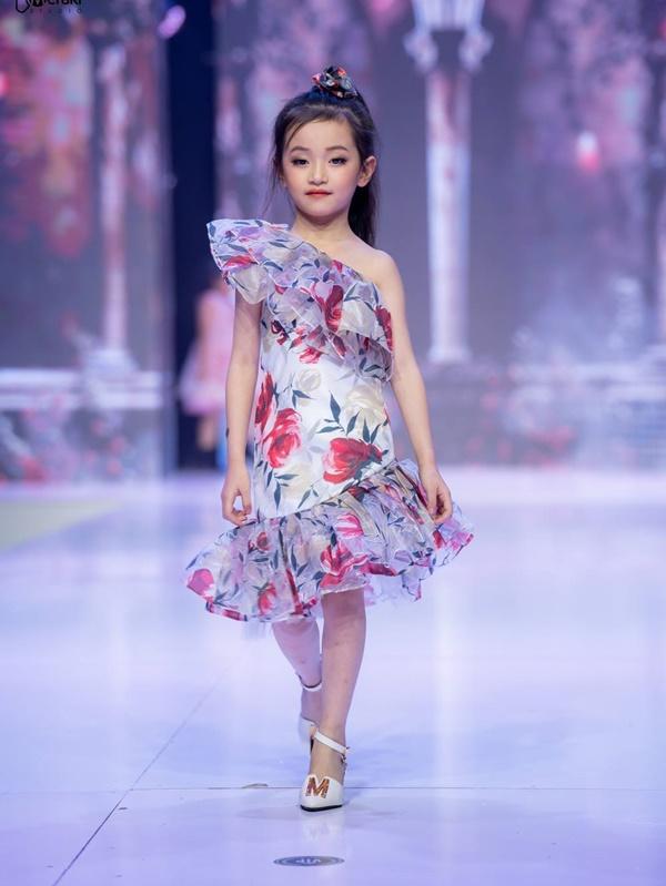 Mẫu nhí Trần Lê Bảo Anhgây ấn tượng khi catwalkvới giày trượt patin 7