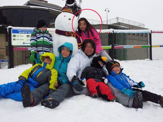 Cháu gái chụp cùng gia đình dì (mẹ nuôi) trong buổi đi trượt tuyết.