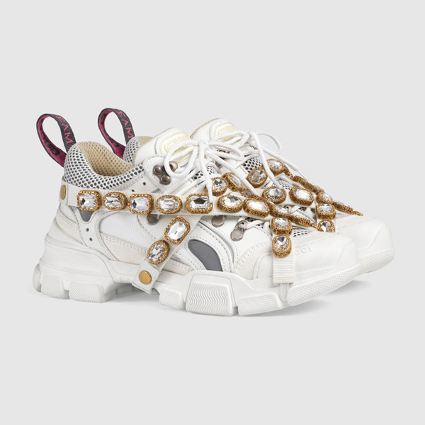 Mẫu sneakerGucci Flashtrek Sneakers mà Binz diện bên chân phải.