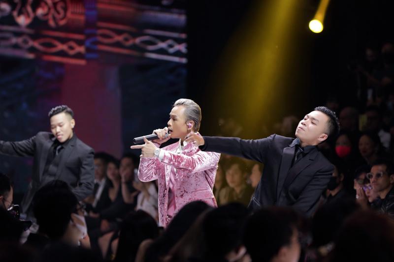 Binz lựa chọn outfit hồng nổi bật để xuất hiện trên sân khấu.
