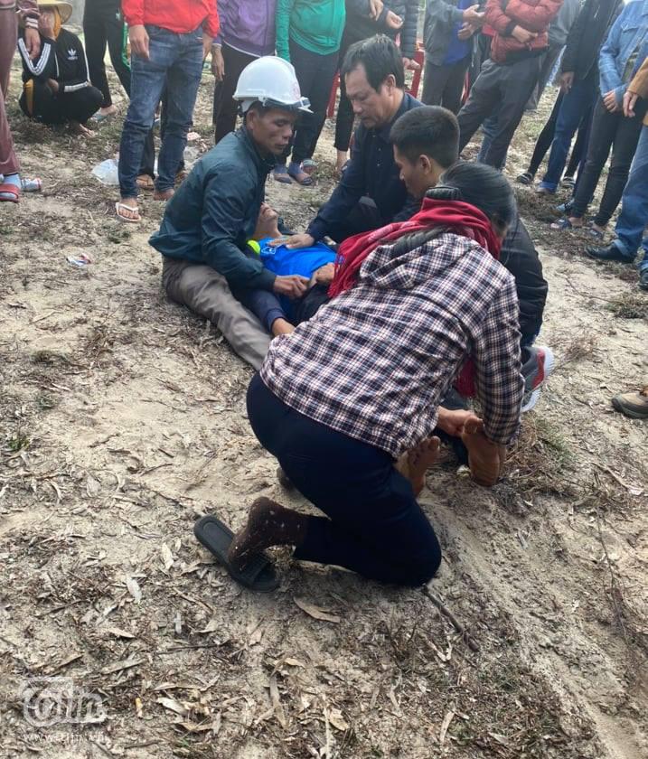 Anh Thanh ngất lịm khi thi thể hai con nằmxuống lòng đất lạnh lẽo