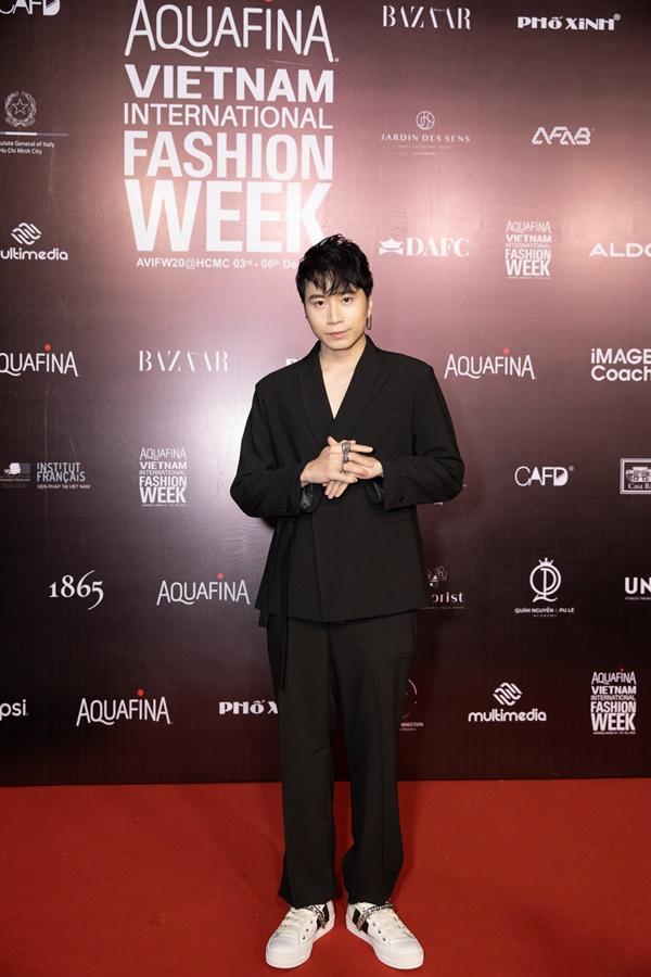 Karik được khen ngợi với vẻ đẹp ngày càng thăng cấp. Xuất hiện trong show tối qua, nam HLV Rap Việt chọn 'nguyên cây đen' nhưng vẫn nổi 'bần bật'.