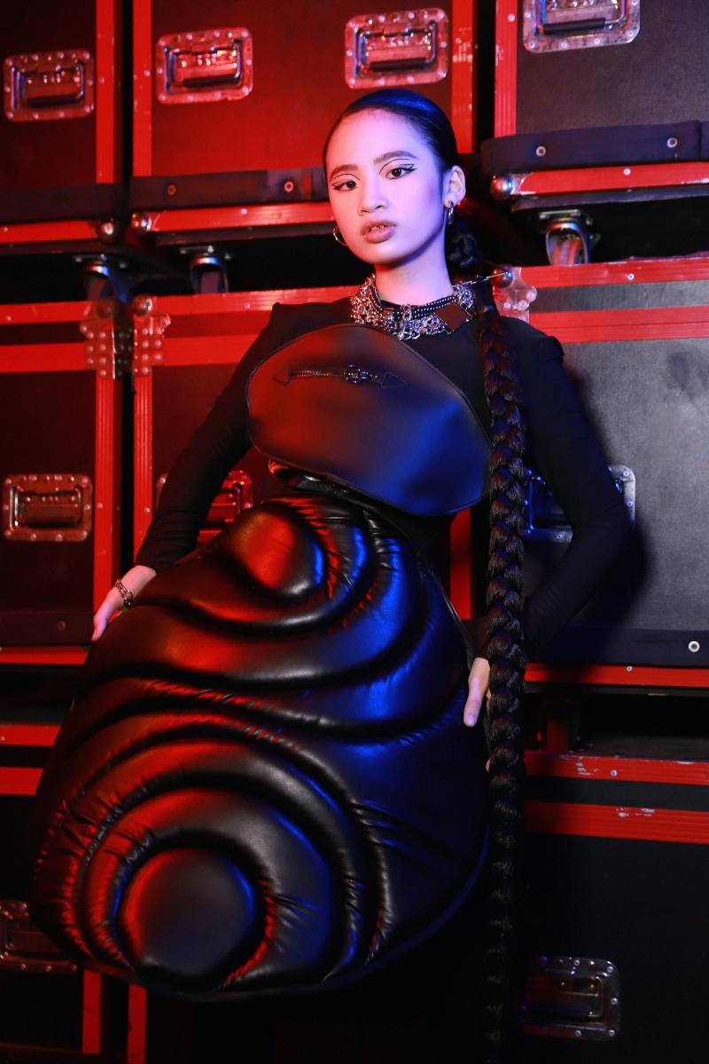 Trên nền nhạc sôi động, model nhí Bảo Hà đảm nhận vai trò first face cùng bộ cánh được tạo phom cầu kỳ, công phu.