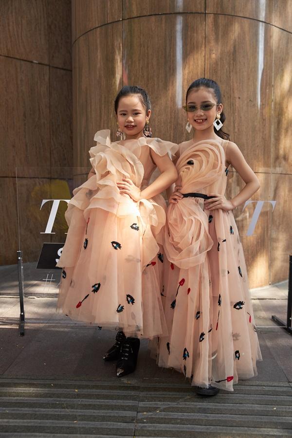 'Binh đoàn' mẫu nhí tạo dáng cực chuyên nghiệp khoe streetstyle bên lề Tuần lễ thời trang quốc tế Việt Nam 2020 0