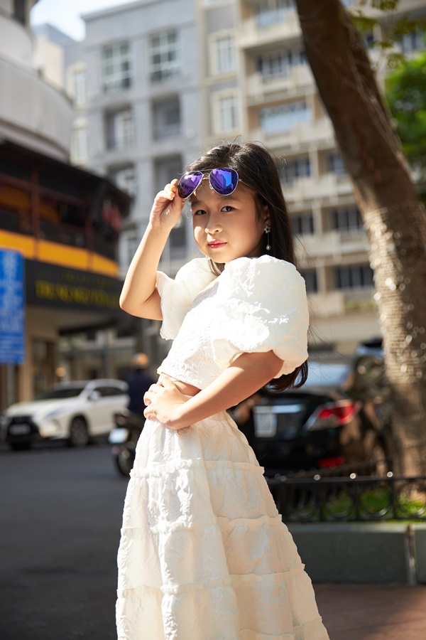 'Binh đoàn' mẫu nhí tạo dáng cực chuyên nghiệp khoe streetstyle bên lề Tuần lễ thời trang quốc tế Việt Nam 2020 2