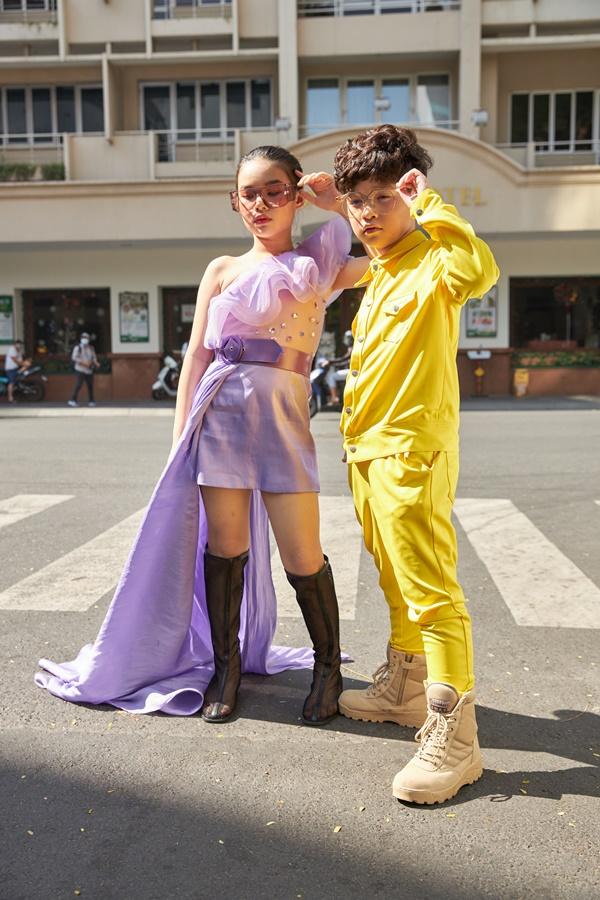 'Binh đoàn' mẫu nhí tạo dáng cực chuyên nghiệp khoe streetstyle bên lề Tuần lễ thời trang quốc tế Việt Nam 2020 4