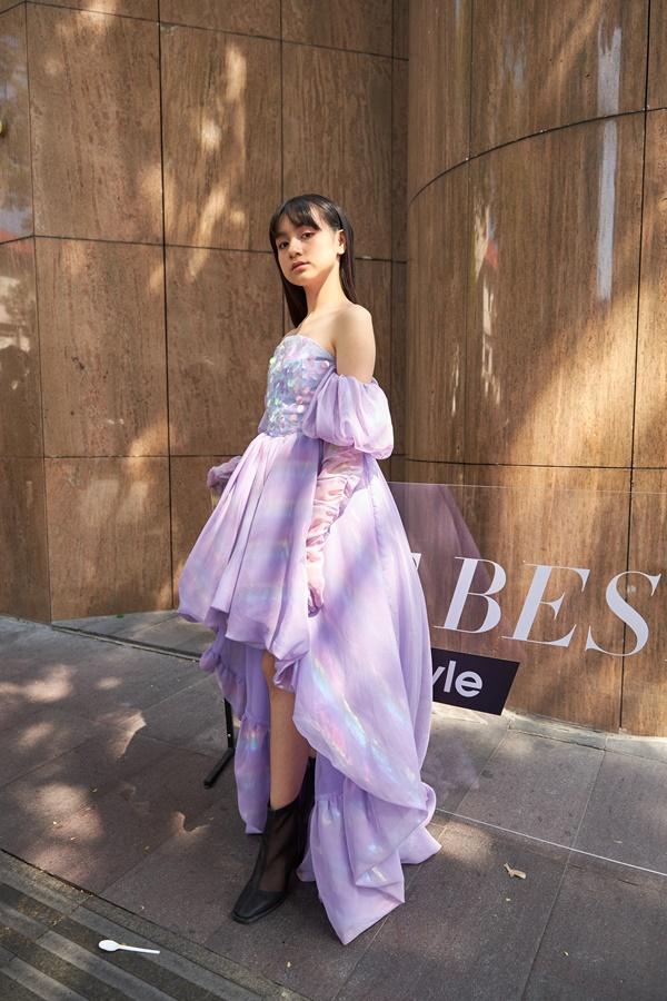 'Binh đoàn' mẫu nhí tạo dáng cực chuyên nghiệp khoe streetstyle bên lề Tuần lễ thời trang quốc tế Việt Nam 2020 6