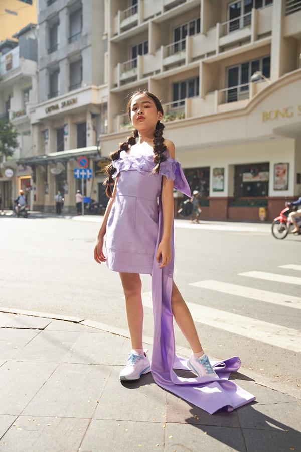 'Binh đoàn' mẫu nhí tạo dáng cực chuyên nghiệp khoe streetstyle bên lề Tuần lễ thời trang quốc tế Việt Nam 2020 7