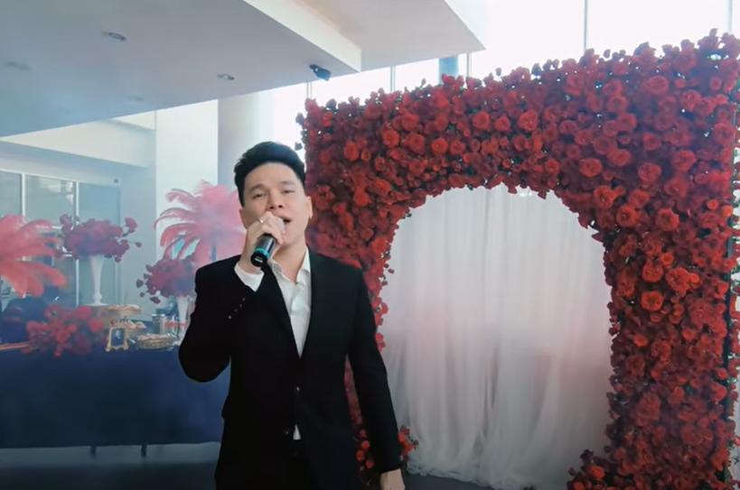 Ca sĩ Hoàng Tôn cũng xuất hiện và cất lời ca ngọt ngào trong buổi lễ bàn giao xe