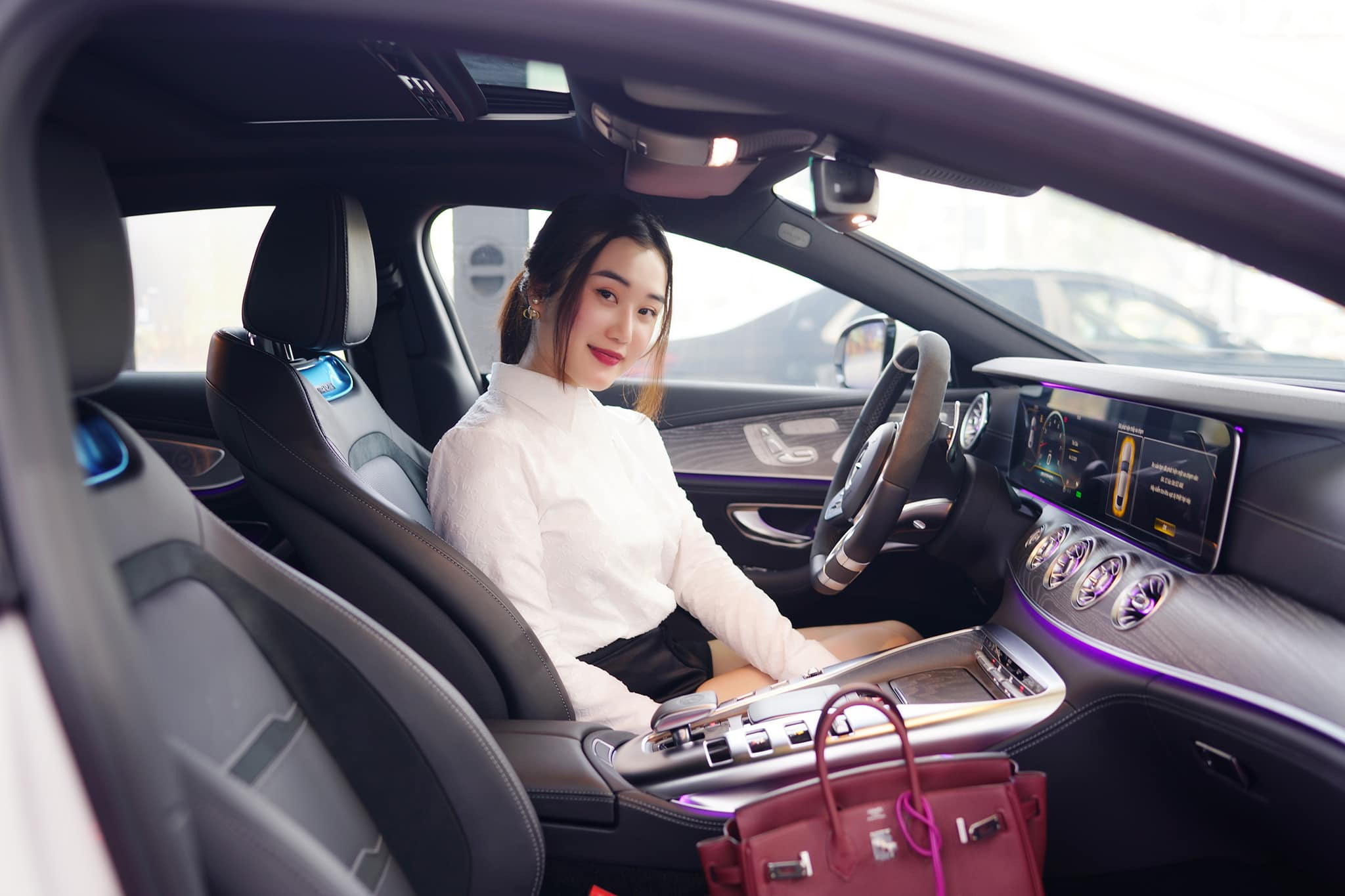 Gái xinh 25 tuổi chi 6,2 tỷ đồng tậu siêu 'xế hộp' phiên bản giới hạn tại Việt Nam 4
