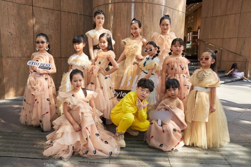 'Binh đoàn' mẫu nhí tạo dáng cực chuyên nghiệp khoe streetstyle bên lề Tuần lễ thời trang quốc tế Việt Nam 2020 9