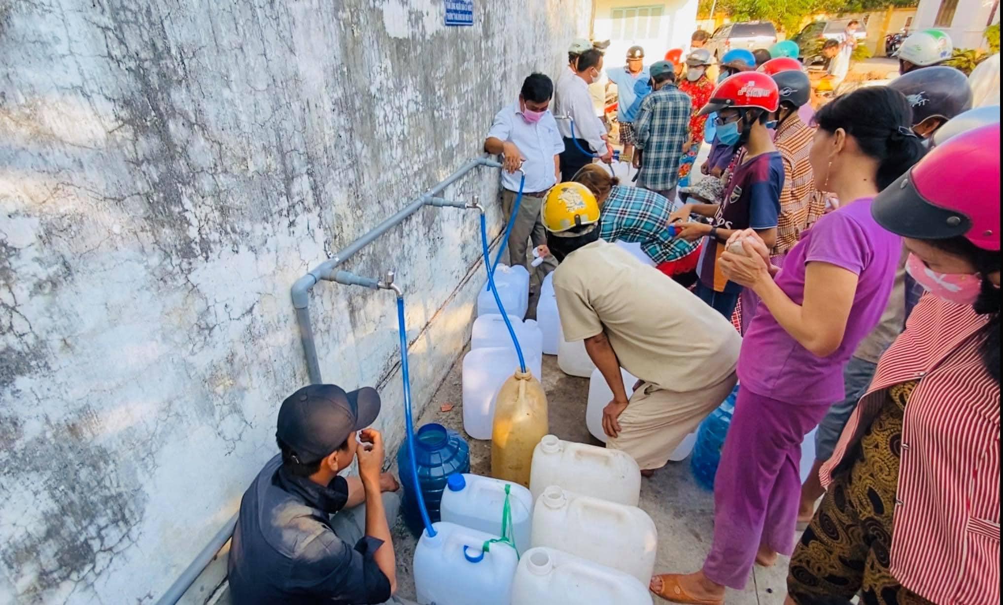 Với số tiền kêu gọi được, Thủy Tiên đã giúp gần 200.000 hộ dân miền Tây có nước ngọt sạch để sinh hoạt ăn uống, lắp đặt các trạm máy lọc nước có tuổi thọ trong 5-7 năm, hỗ trợ lúa giống cho hơn 3000 hộ nông dân tái trồng trọt mùa vụ mới.